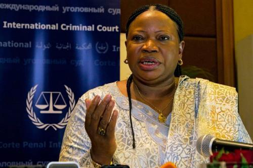 A promotora do Tribunal Penal Internacional (ICC), Fatou Bensouda, discursa em uma entrevista coletiva em Kampala, em 27 de fevereiro de 2015. [Isaac Kasamani/AFP via Getty Images]