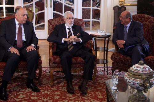 (Da esquerda para a direita) O ministro das Relações Exteriores egípcio Sameh Shoukry, o ministro das Relações Exteriores da Líbia no governo de reconciliação nacional, Mohamed Tahar Siala, e o ministro argelino dos Assuntos do Magrebe, Abdelkader Messahel, conversaram durante uma reunião sobre a turbulência política e econômica na Líbia em 21 Janeiro de 2017, na capital Cairo. [Stringer/ AFP via Getty Images]
