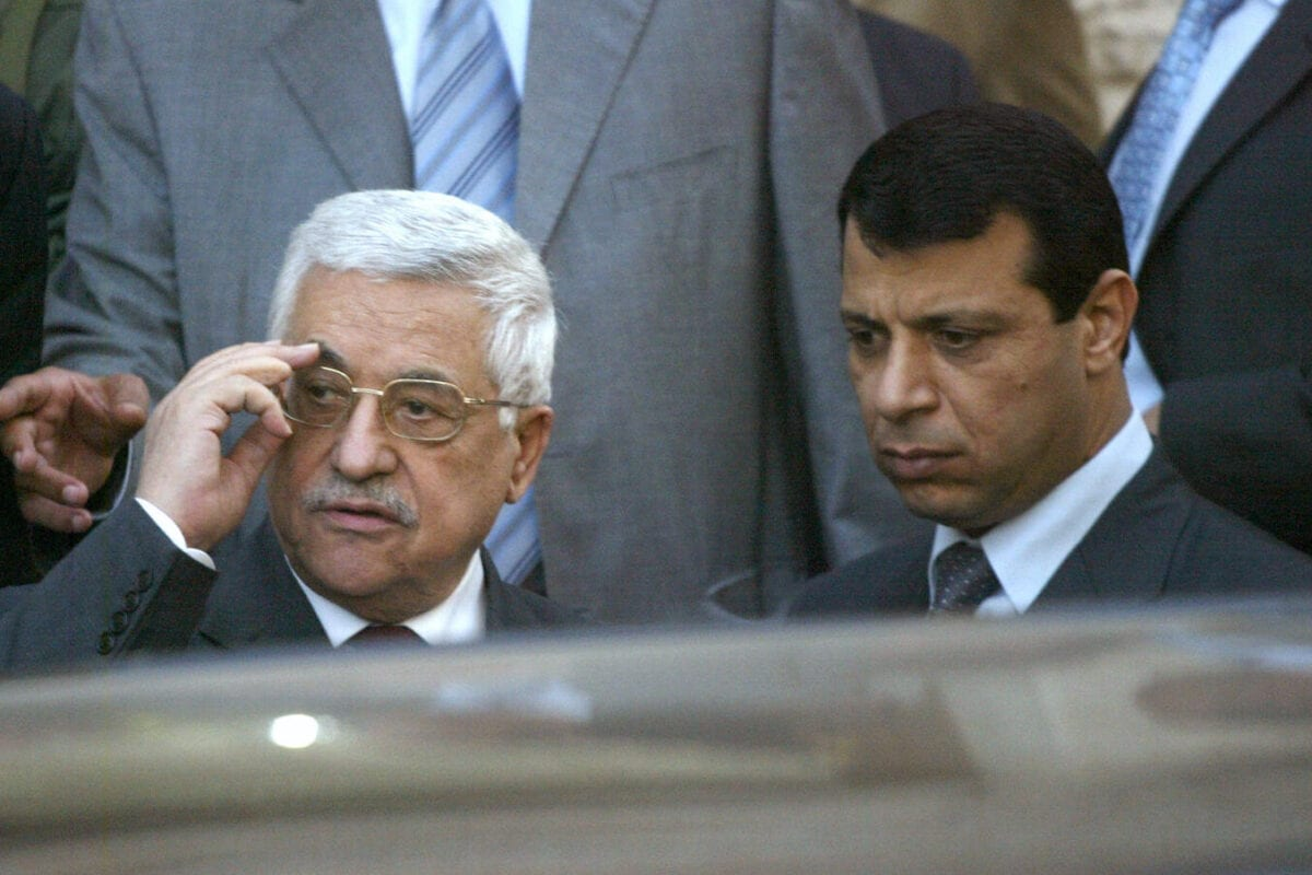 O presidente palestino Mahmud Abbas (esq.) ao lado de Mohammad Dahlan, um homem forte do partido Fatah,em 25 Março de 2007. [Jamal Aruri / AFP via Getty Images]