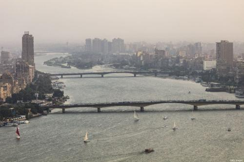 Barcos navegam no Rio Nilo, perto da Ponte da Universidade do Cairo, na capital do Egito, em 24 de setembro de 2017 [David Degner/Getty Images]