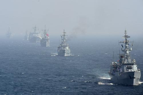 Navios de guerra no Mar da Arábia perto da cidade portuária de Karachi, no Paquistão, em 11 de fevereiro de 2019. [Asif Hassan/AFP/Getty Images]