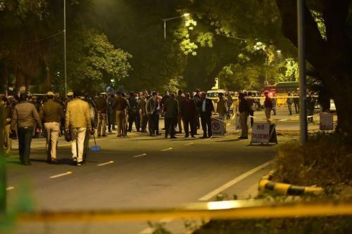 Policiais indianos examinam o local no qual explodiu um artefato improvisado, perto da embaixada israelense em Nova Delhi, Índia, 29 de janeiro de 2021 [Imtiyaz Khan/Agência Anadolu]