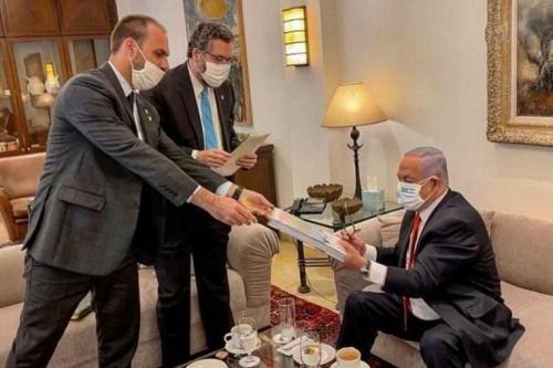 Eduardo Bolsonaro e Ernesto Araújo presenteiam Netanyahu [Foto: Reprodução / Twitter]