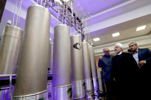 O presidente iraniano, Hassan Rouhani, visto em uma exposição de tecnologias nucleares iranianas, ao lado de modelos de centrífugas usadas para refinar urânio e outros materiais nucleares, em 9 de abril de 2019. [president.ir]