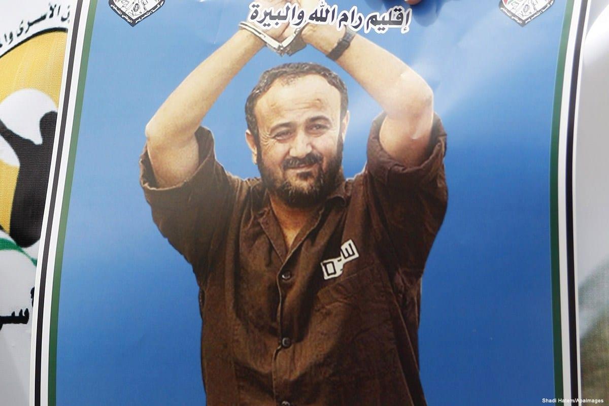 Cartaz com imagem de Marwan Barghouti, figura de liderança do Fatah, durante protesto, em 14 de abril de 2015 [Shadi Hatem/Apaimages]