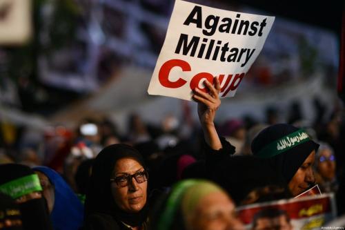Uma foto de arquivo datada de 31 de julho de 2013 mostra um manifestante apoiando a exibição de uma faixa com os dizeres 'Contra o Golpe Militar' na Praça Rabia Adaweya no Cairo, Egito [Mohammed Elshamy/ Agência Anadolu]