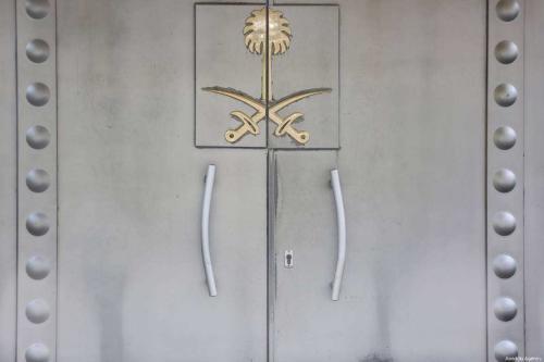 Porta do Consulado Geral da Arábia Saudita é vista enquanto a espera continua pelo desaparecimento do proeminente jornalista saudita Jamal Khashoggi, em Istambul, Turquia, em 18 de outubro de 2018. [Elif Öztürk/Anadolu Agency]