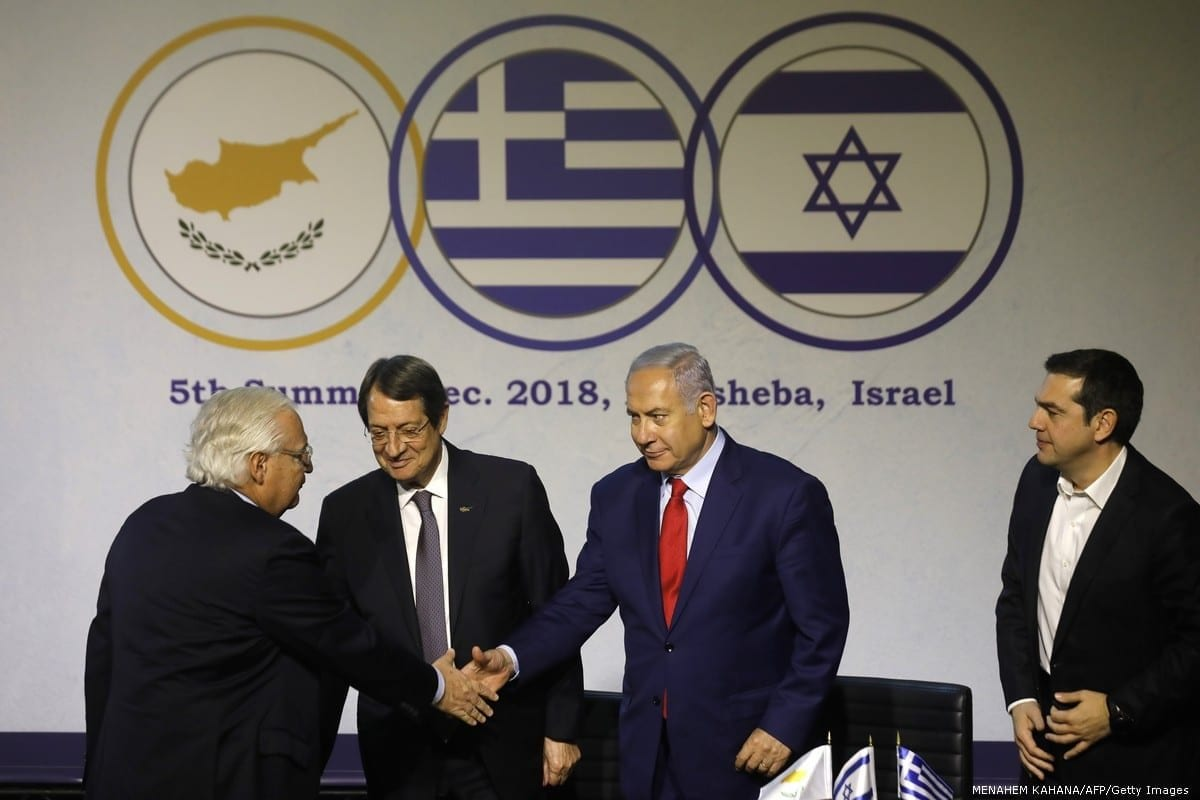 Embaixador dos EUA em Israel, David Friedman (esq.), primeiro-ministro israelense, Benjamin Netanyahu, presidente cipriota, Nicos Anastasiades (segundo à esq.), e primeiro-ministro grego, Alexis Tsipras (dir.), durante a 5ª cúpula Israel-Grécia-Chipre, em 20 de dezembro de 2018. [Menahem Kahana/AFP/Getty Images]