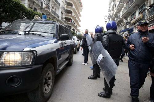 Polícia argelina se prepara para enfrentar estudantes universitários reunidos para protestar contra o quinto mandato do presidente argelino, Abdelaziz Bouteflika em Argel, Argélia, em 26 de fevereiro de 2019. [Farouk Batiche/Agência Anadolu]