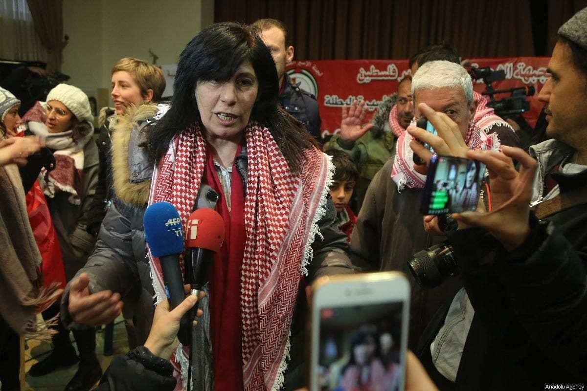 Khalida Jarrar, ex-parlamentar do Conselho Legislativo Palestino e membro da Frente Popular para a Libertação da Palestina, conversa com a imprensa em meio a apoiadores, ao ser libertada da prisão, após vinte meses, em sua casa em Nablus, Cisjordânia ocupada, 28 de fevereiro de 2019 [Issam Rimawi/Agência Anadolu]