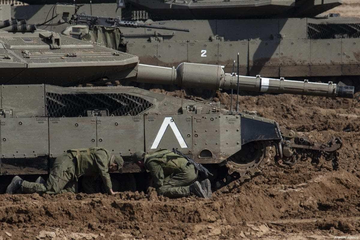 Tanques e veículos blindados israelenses s posicionados na fronteira bloqueada da Faixa de Gaza antes das manifestações de palestinos pelo 43º aniversário do Dia da Terra Palestina, em Sderot, Israel em 29 de março de 2019. [Faiz Abu Rmeleh/Agência Anadolu]