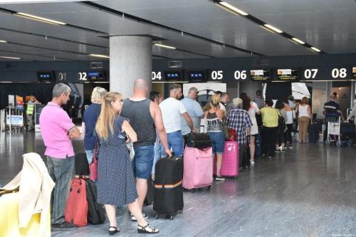 Turistas britânicos fazem fila no Aeroporto Mugla Milas, em Mugla, Turquia, em 24 de setembro de 2019. [Ali Ballı/Anadolu Agency]