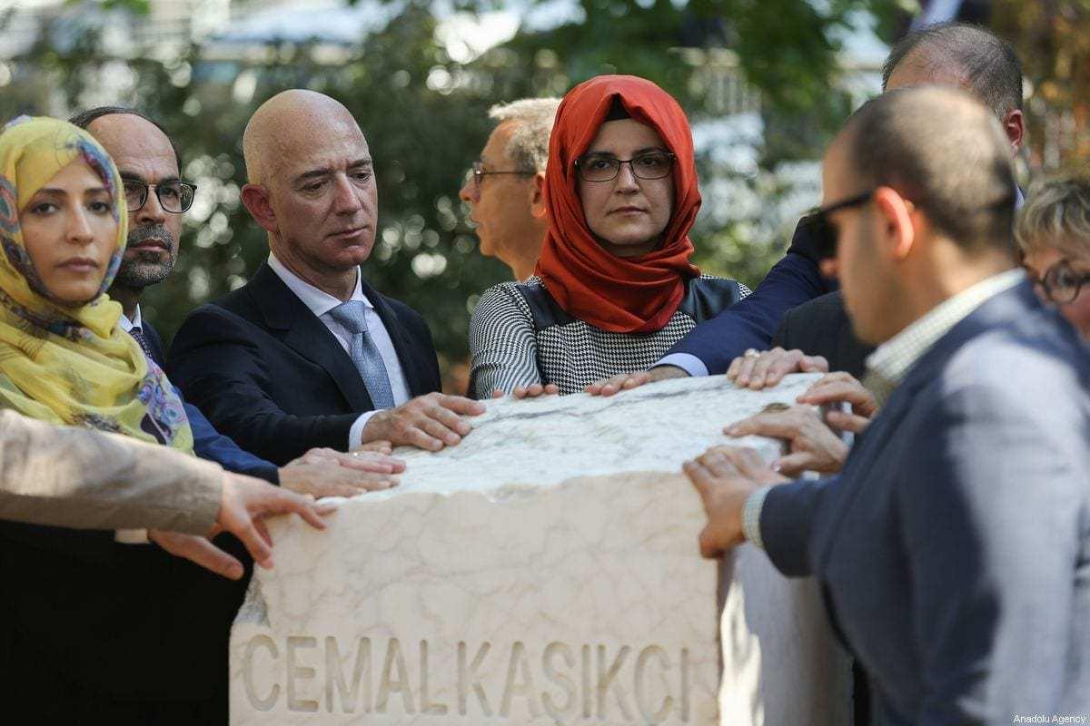 Da esquerda para a direita: Hatice Cengiz, viúva do jornalista saudita Jamal Khashoggi; Jeff Bezos, presidente da Amazon; e Tawakkol Karman, vencedora do Prêmio Nobel da Paz, durante cerimônia de inauguração do monumento em memória de Khashoggi, em frente ao consulado saudita em Istambul, no primeiro aniversário de seu assassinato, 2 de outubro de 2019 [Arif Hüdaverdi Yaman/Agência Anadolu]