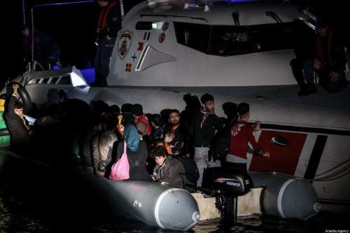 Guarda costeira resgata requerentes de asilo em Izmir, Turquia, em 19 de outubro de 2019. [Sergen Sezgin/Agência Anadolu]