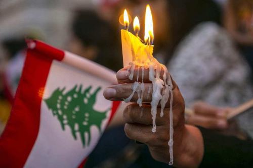 Velas acesas durante protesto em apoio ao povo libanês, após a explosão no porto de Beirute, em 6 de agosto de 2020 [Yassine Gaidi/Agência Anadolu]