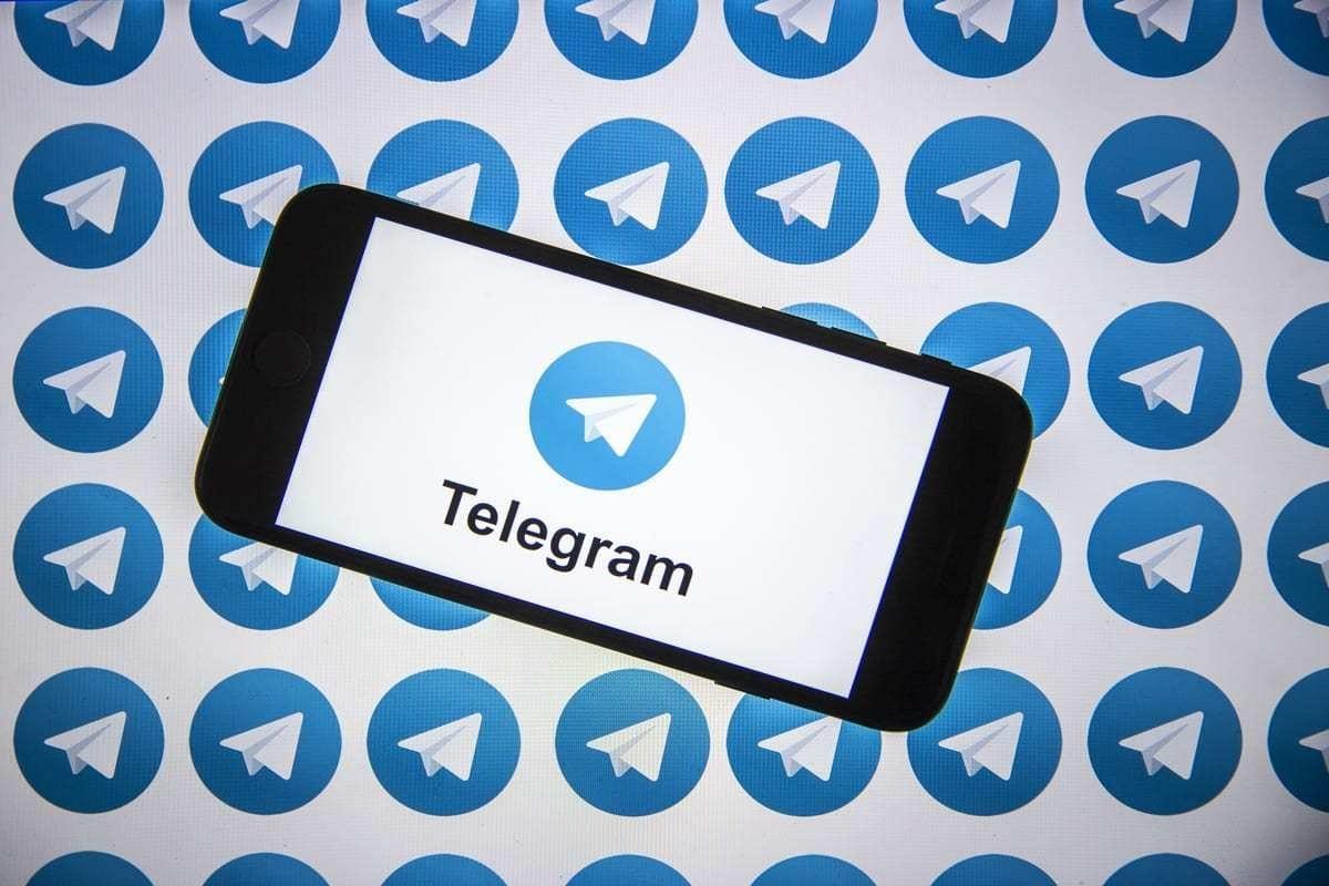 """O logotipo da plataforma de mensagens instantâneas """"Telegram"""" é exibido em um smartphone em Ancara, Turquia, em 7 de agosto de 2020. [Ali Balıkçı/Agência Anadolu]"""