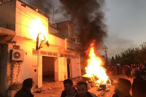 Manifestantes atearam fogo a edifícios e escritórios governamentais no Iraque em 8 de dezembro de 2020 [Agência Fariq Faraj Mahmood / Anadolu]