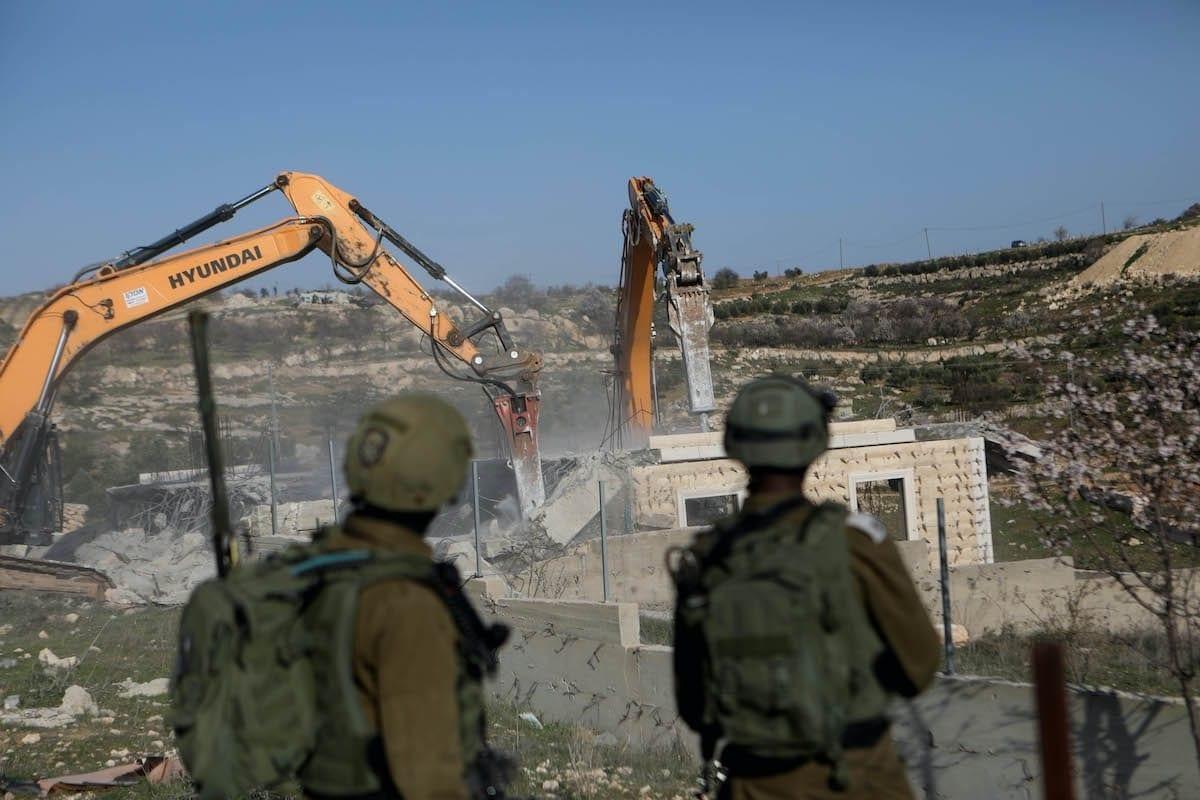 Forças israelenses demolem uma casa palestina em Hebron (Al Khalil), Cisjordânia ocupada, 3 de fevereiro de 2021 [Mamoun Wazwaz/Agência Anadolu]