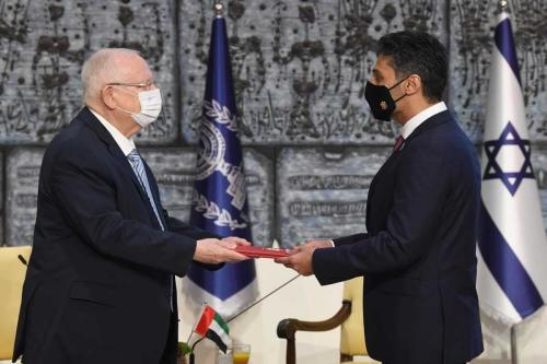 Muhammad Al Khaja, primeiro embaixador dos Emirados Árabes Unidos em Israel, apresenta suas credenciais ao presidente israelense Reuven Rivlin, em Tel Aviv, 1° de março de 2021 [Mark Neyman/Agência Anadolu]