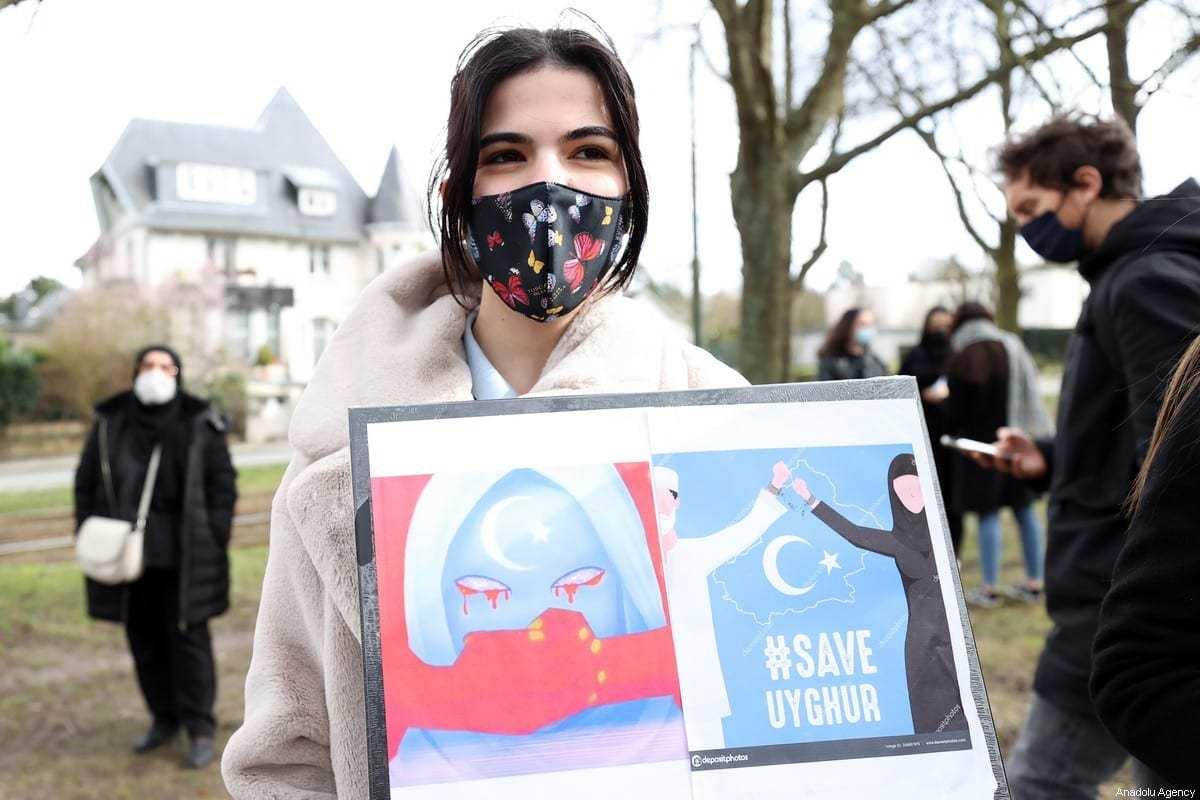 Pessoas protestam contra as políticas da China em relação aos turcos uigures em Bruxelas, Bélgica, em 11 de março de 2021. [Dursun Aydemir/Agência Anadolu]