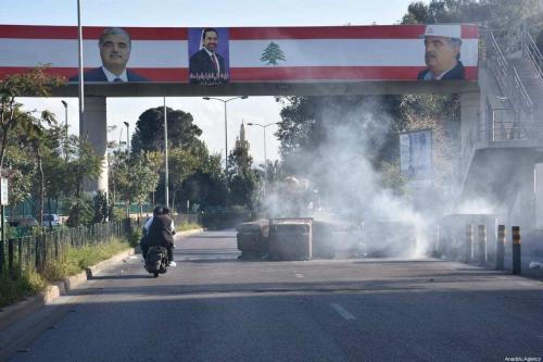 Manifestantes bloqueiam estradas durante manifestações contra o colapso econômico em Beirute, Líbano, 17 de março de 2021 [Mahmut Geldi/Agência Anadolu]