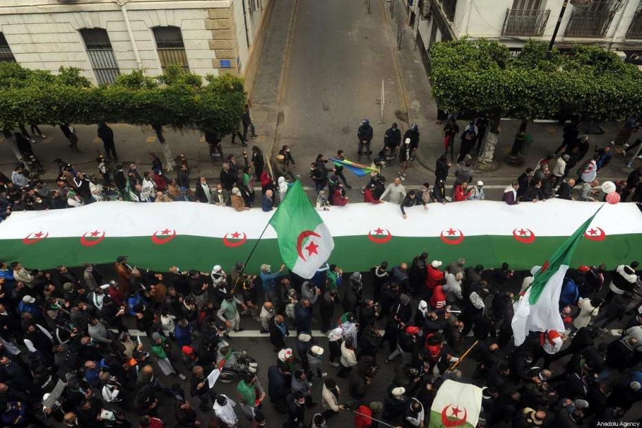 Milhares de pessoas se reúnem para fazer uma manifestação no âmbito do segundo aniversário do movimento Hirak, em Argel, Argélia, em 19 de março de 2021. [Mousaab Rouibi/Agência Anadolu]