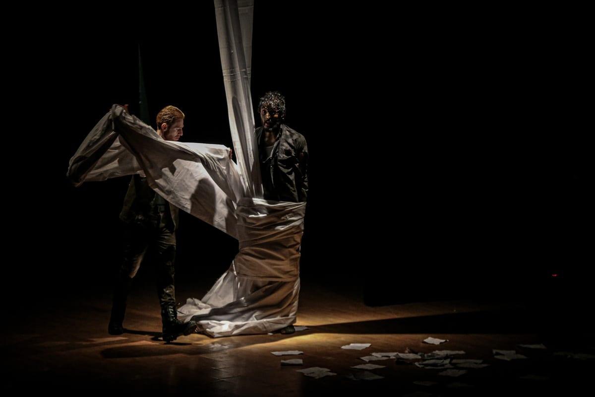 Atores de teatro sírios fazem uma peça sobre pessoas inocentes mantidas nas prisões do regime de Assad em um centro cultural em Idlib, Síria, em 27 de março de 2021 [Muhammed Said / Agência Anadolu]