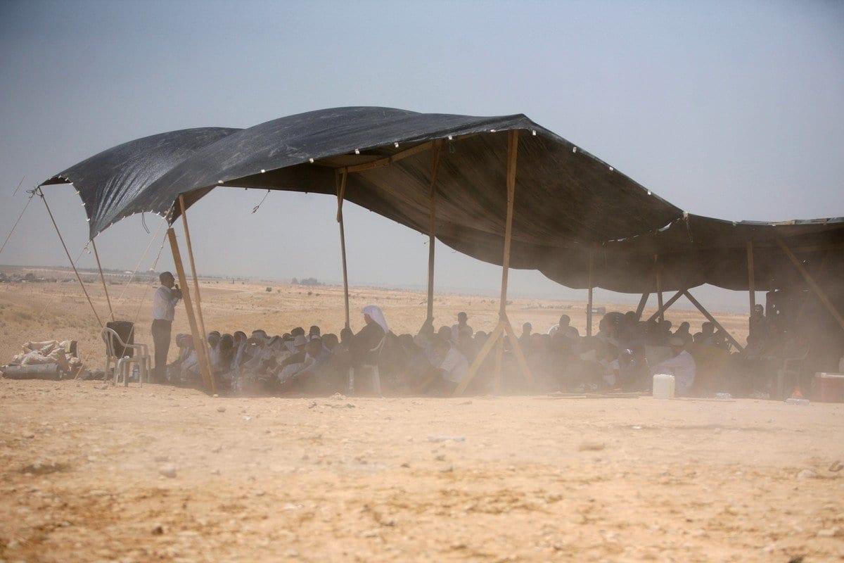 Beduínos assistem à oração de sexta-feira sob uma tenda na aldeia Al-Araqeeb em 14 de maio de 2010 [Hazem Bader/ AFP/ Getty Imagens]