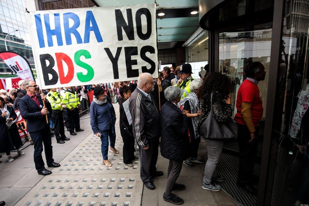 Protesto contra a definição de antissemitismo da Aliança Internacional de Memória do Holocausto (IHRA), que busca criminalizar movimentos legítimos de boicote ao apartheid israelense, em 4 de setembro de 2018 [Jack Taylor/Getty Images]