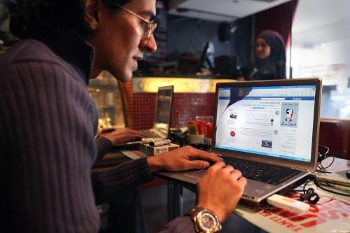 Página do Facebook em um laptop, em um café do Cairo, Egito, 27 de janeiro de 2011 [Peter Macdiarmid/Getty Images]