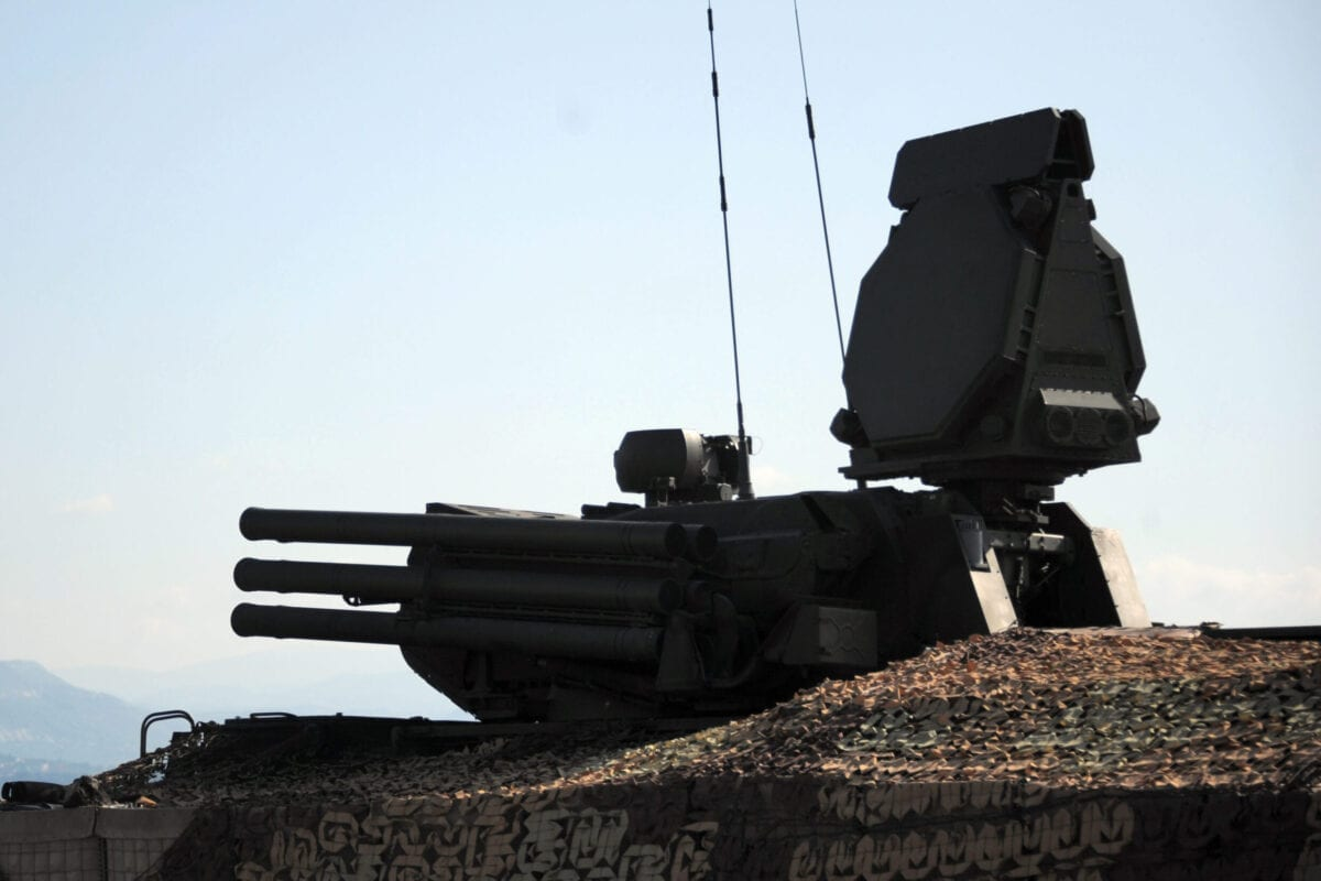 Um sistema de mísseis terra-ar russo Pantsir S-1 é retratado na base militar russa de Hmeimim, localizada a sudeste da cidade de Latakia em Hmeimim, governadoria de Latakia, Síria, em 26 de setembro de 2019. [Maxime Popov/AFP via Getty Images]