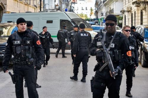 Forças de segurança argelinas em frente à corte Sidi Mhamed, em Argel, capital da Argélia, 10 de dezembro de 2019 [Ryad Kramdi/AFP via Getty Images]