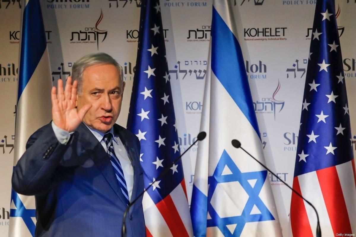 O primeiro-ministro israelense, Benjamin Netanyahu, acena enquanto participa da conferência Kohelet Policy Forum em Jerusalém, em 8 de janeiro de 2020. [Menahem Kahana/AFP via Getty Images]