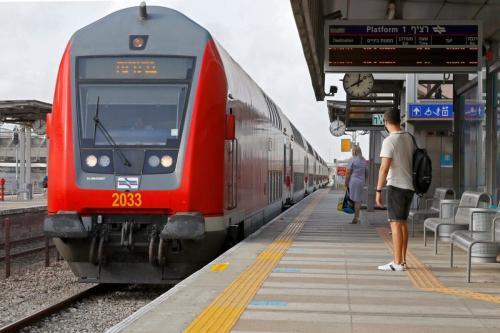 Passageiros com máscaras de proteção contra o covid-19 preparam-se para embarcar na estação ferroviária da cidade costeira de Netanya, em Israel, após os serviços serem retomados, em 22 de junho de 2020 [Guez/AFP via Getty Images]