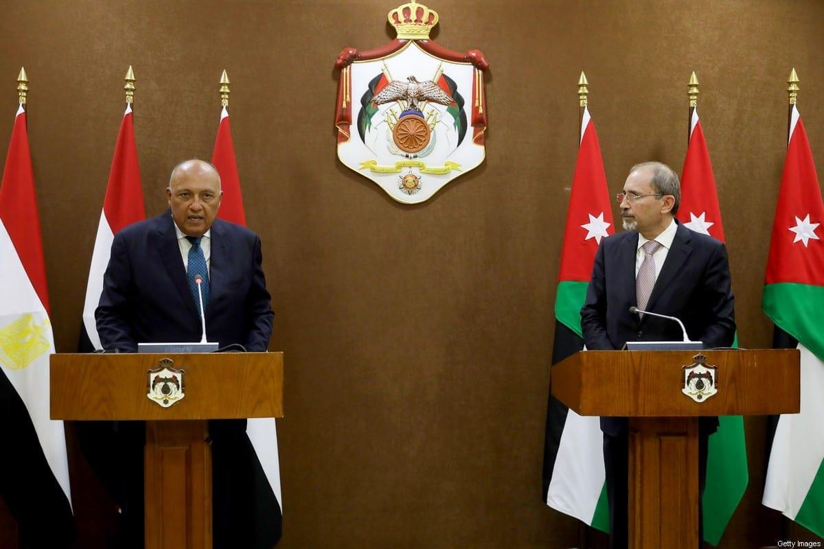 O ministro das Relações Exteriores da Jordânia, Ayman Safadi (à direita), ouve o ministro das Relações Exteriores do Egito, Sameh Shoukry, durante uma entrevista coletiva na capital Amã, em 19 de julho de 2020 [MUHAMMAD HAMED/POOL/AFP via Getty Images]