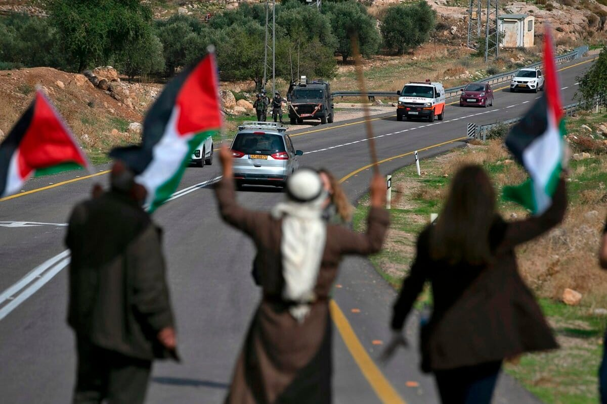 Palestinos bloqueiam uma estrada para colonos israelenses, em protesto contra assentamentos ilegais nos arredores de Kafr Malik, Cisjordânia ocupada, 20 de novembro de 2020 [Abbas Momani/AFP via Getty Images]
