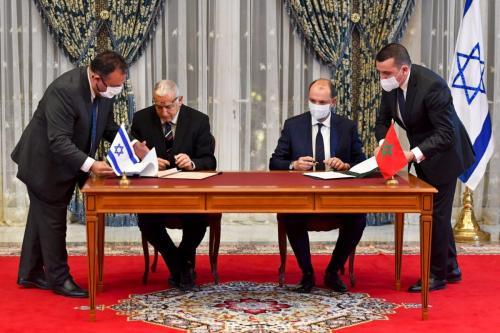 O diretor-geral da Agência de População e Imigração de Israel, Shlomo Mor-Yosef (esq.) e o ministro delegado do Ministro das Relações Exteriores do Marrocos, Mohcine Jazouli, assinam um acordo no Palácio Real, na capital marroquina, Rabat, em 22 de dezembro de 2020. [Fadel Senna/AFP via Getty Imagens]