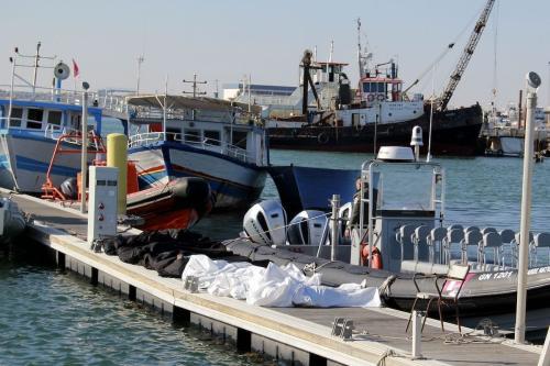 Corpos recuperados de refugiados da África Subsaariana, após seu barco virar na travessia do Mar Mediterrâneo, no porto de Sfax, região central da Tunísia, 24 de dezembro de 2020 [Houssem Zouari/AFP via Getty Images]