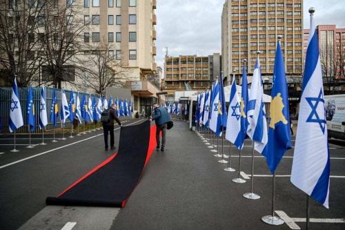Tapete vermelho é estendido entre bandeiras kosovares e israelenses para um evento na sede do Ministério de Relações Exteriores de Kosovo, em Pristina, 1° de fevereiro de 2021 [Armend Nimani/AFP via Getty Images]