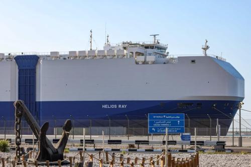 Embarcação de bandeira israelense MV Helios Ray, atracada no porto Rashid, em Dubai, Emirados Árabes Unidos, 28 de fevereiro de 2021 [Giuseppe Cacace/AFP via Getty Images]