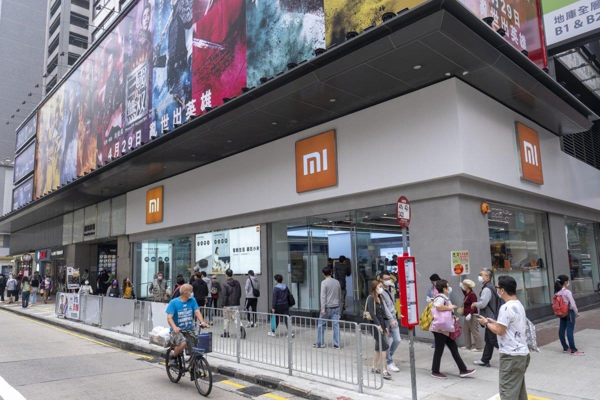 Pedestres passam por uma loja da Xiaomi Corp., em 6 de março de 2021. [Justin Chin/Bloomberg via Getty Images]