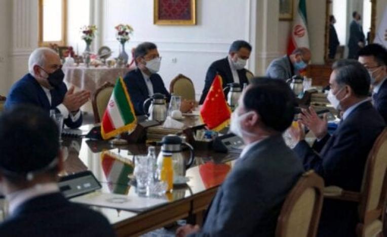 Ministro de Relações Exteriores do Irã Mohammad Javad Zarif (à esquerda) encontra-se com sua contraparte chinesa Wang Yi (segundo à direita), na capital iraniana Teerã, em 27 de março de 2021 [AFP via Getty Images]