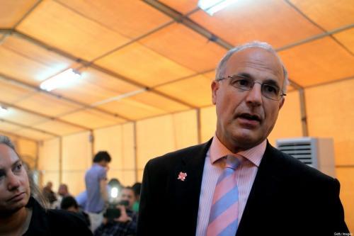 O embaixador britânico no Iraque, Michael Aron, fala aos repórteres do lado de fora da sala de negociações em Bagdá em 24 de maio de 2012. (Ali Al-Saadi/AFP via Getty Images)