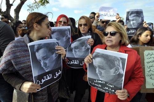 Manifestantes tunisianos exibem retratos de Sami Fehri, proprietário da emissora de televisão Ettounsiya, durante protesto por sua soltura, em frente ao palácio presidencial em Cartago, perto de Túnis, Tunísia, 27 de dezembro de 2012 [Fethi Belaid//AFP via Getty Images]