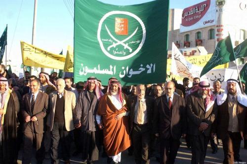 Membros do grupo Irmandade Muçulmana da Jordânia lideram uma manifestação de cerca de 600 pessoas na capital jordaniana, Amã, em 09 de fevereiro de 2004. [AFP via Getty Images]