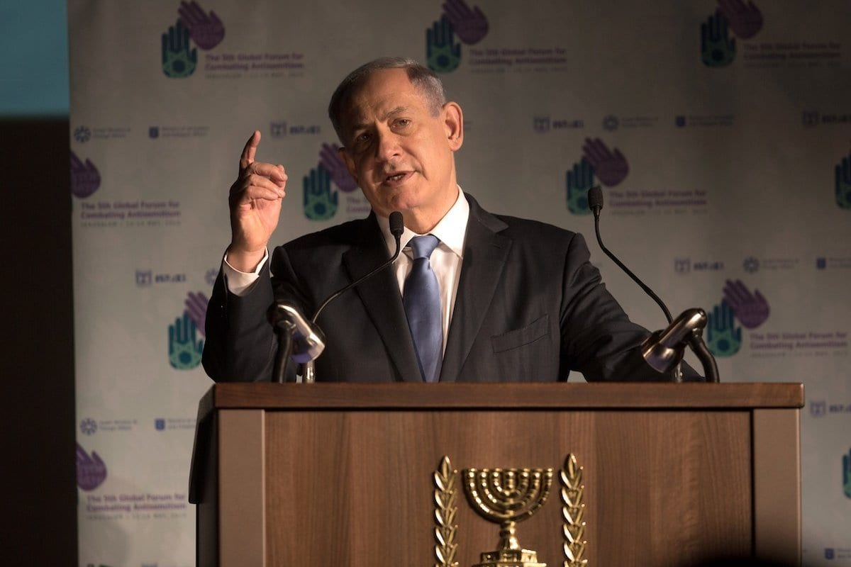 Primeiro-Ministro de Israel Benjamin Netanyahu discursa no 5° Fórum Global contra o Antissemitismo, no Centro de Convenções Internacionais de Jerusalém, em 12 de maio de 2015 [Menahem Kahana/AFP via Getty Images]