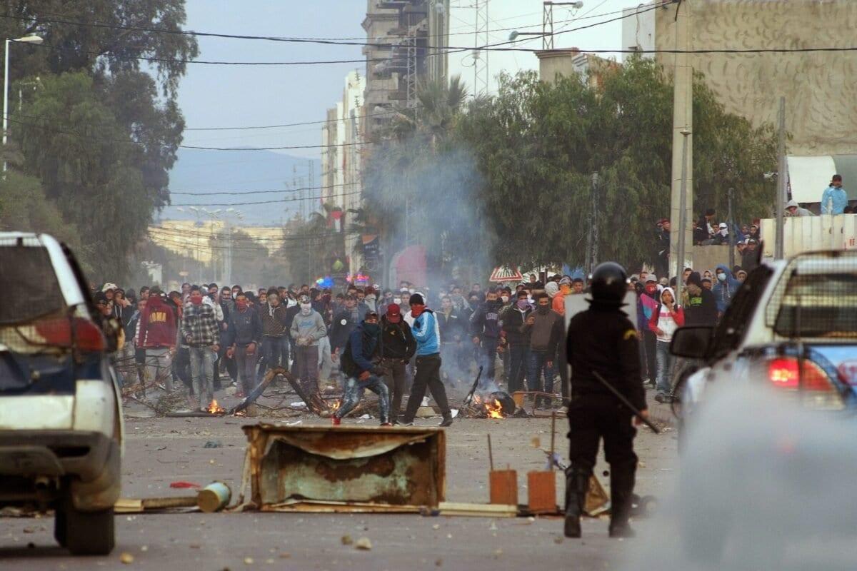 Tunisianos protestam contra o desemprego e a pobreza e enfrentam forças de segurança na cidade central de Kasserine, em 21 de janeiro de 2016. [Mohamed Khalil/AFP via Getty Images]