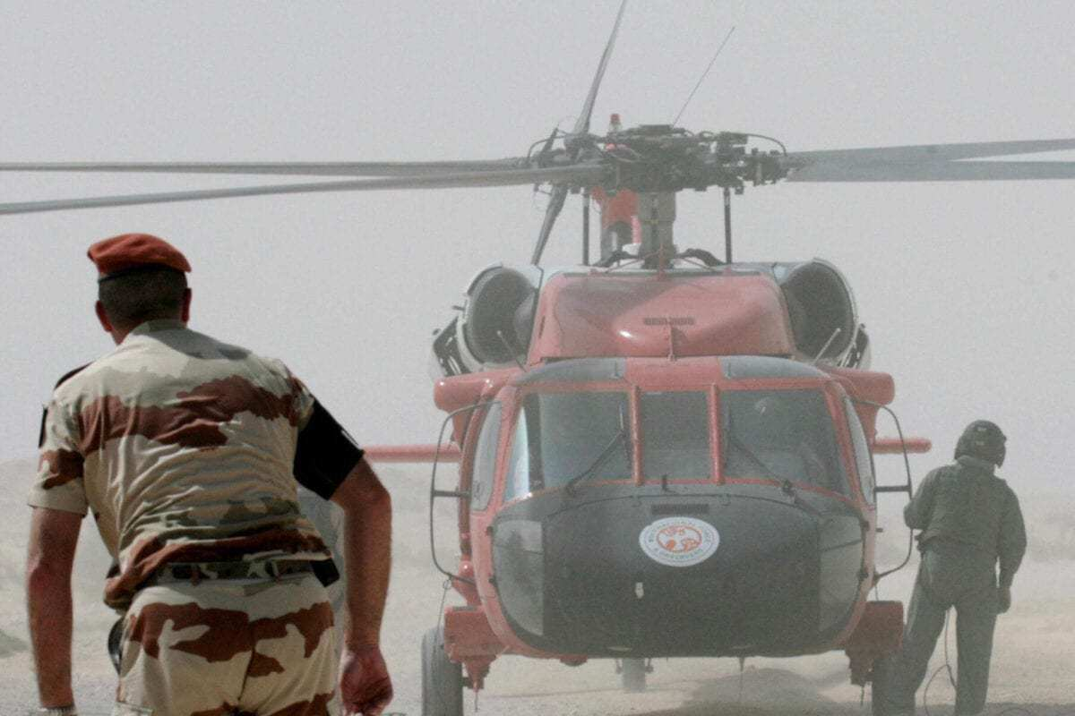 Helicóptero e pessoal da Força Multinacional e Observadores (MFO, na sigla usual em inglês) trabalham no local do acidente de aeronave de transporte militar francês na vila de Biat Jered, na região do Sinai, 07 de maio de 2007 [Khaled Desouki/ AFP via Getty Images]