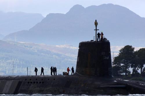 Um submarino tridente sai da base naval de Faslane, em 23 de setembro de 2009, em Faslane, na Escócia. O primeiro-ministro britânico, Gordon Brown, vai dizer à ONU que vai cortar o míssil tridente que transporta o submarino de quatro para três. [Jeff J Mitchell/Getty Images]