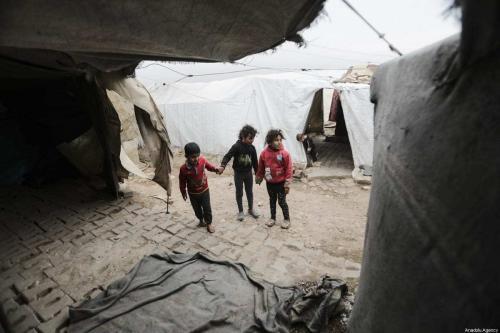Crianças sírias em um campo de refugiados em Aleppo, Síria, 13 de janeiro de 2021 [Bekir Kasım/Agência Anadolu]